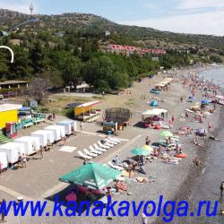 Пляж Канакской балки (Канаки). Пляжные кабинки, шезлонги, теневые навесы на территории пляжа пансионата Волга.